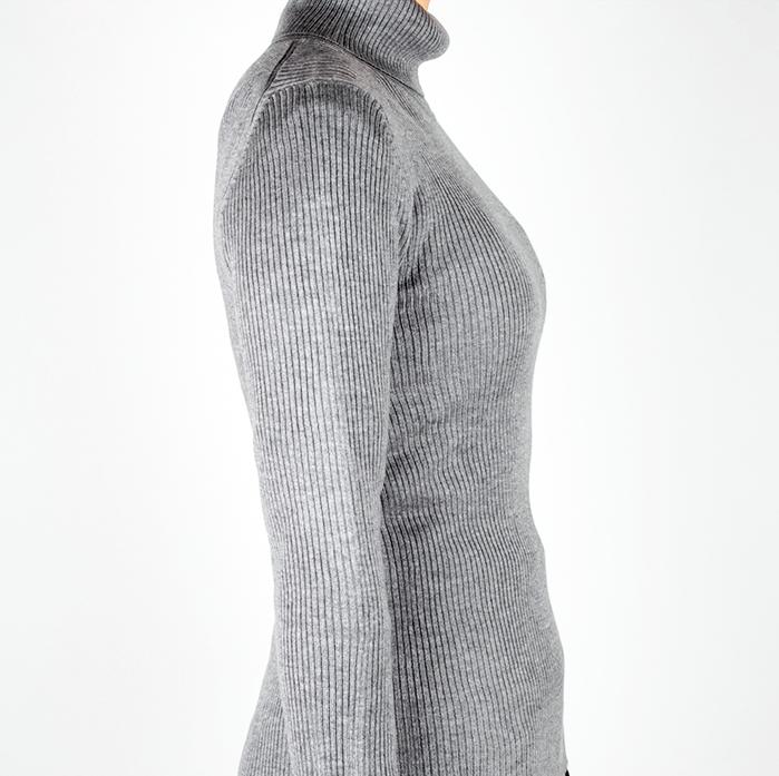 ニットの下に大きい胸を小さく見せるブラ(E70)を着用した場合(横から)